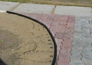 Установка пластикового бордюра для тротуарной плитки