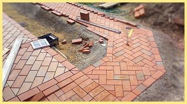 Процесс укладки плитки уличной